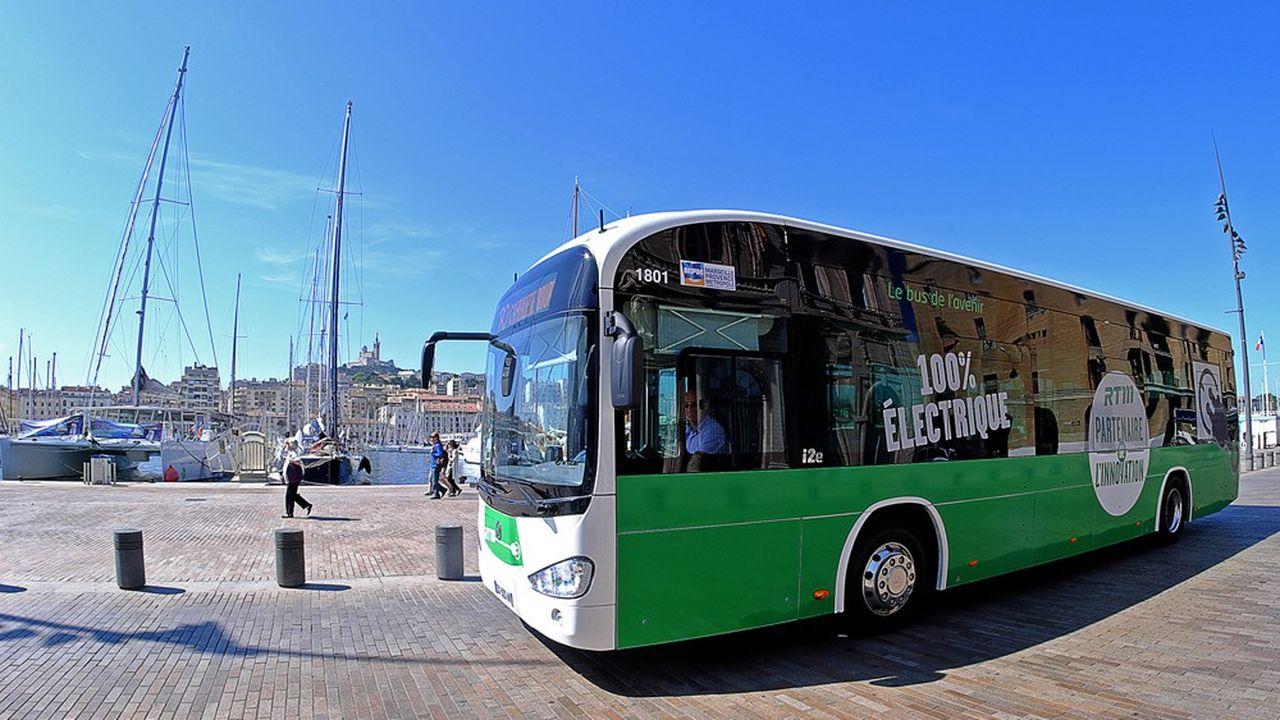 Présentation d'un bus électrique sur le Vieux-Port de Marseille.