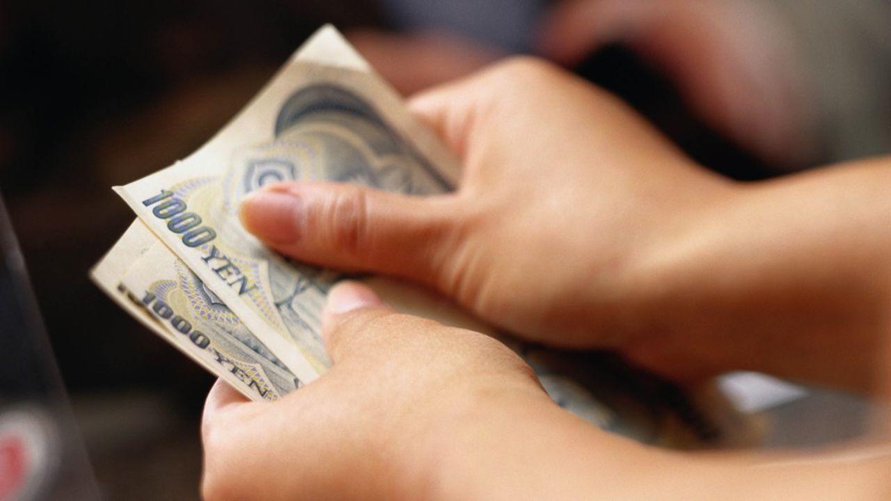 Au Japon, le versement à chaque citoyen de l'équivalent de 850euros coûtera au total 102milliards d'euros à l'Etat.