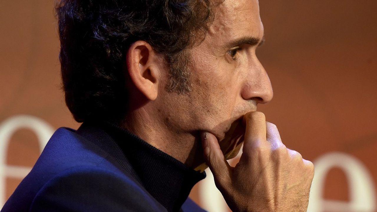 Le PDG de Carrefour, Alexandre Bompard, baisse sa rémunération fixe de 25% pour les deux mois de la crise du coronavirus.