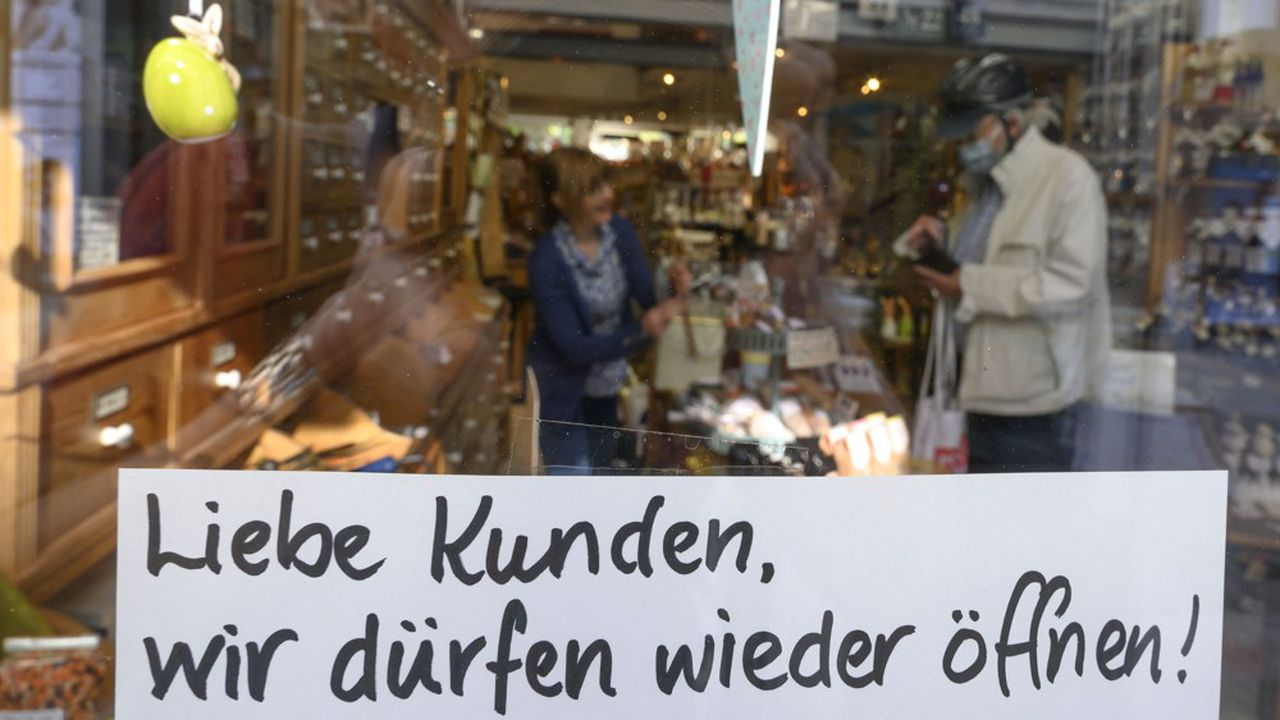 «Chers clients, nous pouvons rouvrir», indique une affichette dans la vitrine d'un magasin de thé à Ludwigsburg, au sud de Stuttgart. S'ils sont encore une minorité, de plus en plus d'Allemands portent des masques pour faire leurs courses. (Photo by THOMAS KIENZLE/AFP)