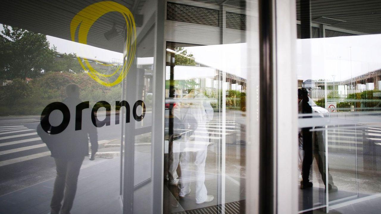 Tout salarié qui pénètre dans les installations d'Orano à la Hague se voit contraint de porter un masque chirurgical, à renouveler toutes les quatre heures. (Photo by CHARLY TRIBALLEAU/AFP)