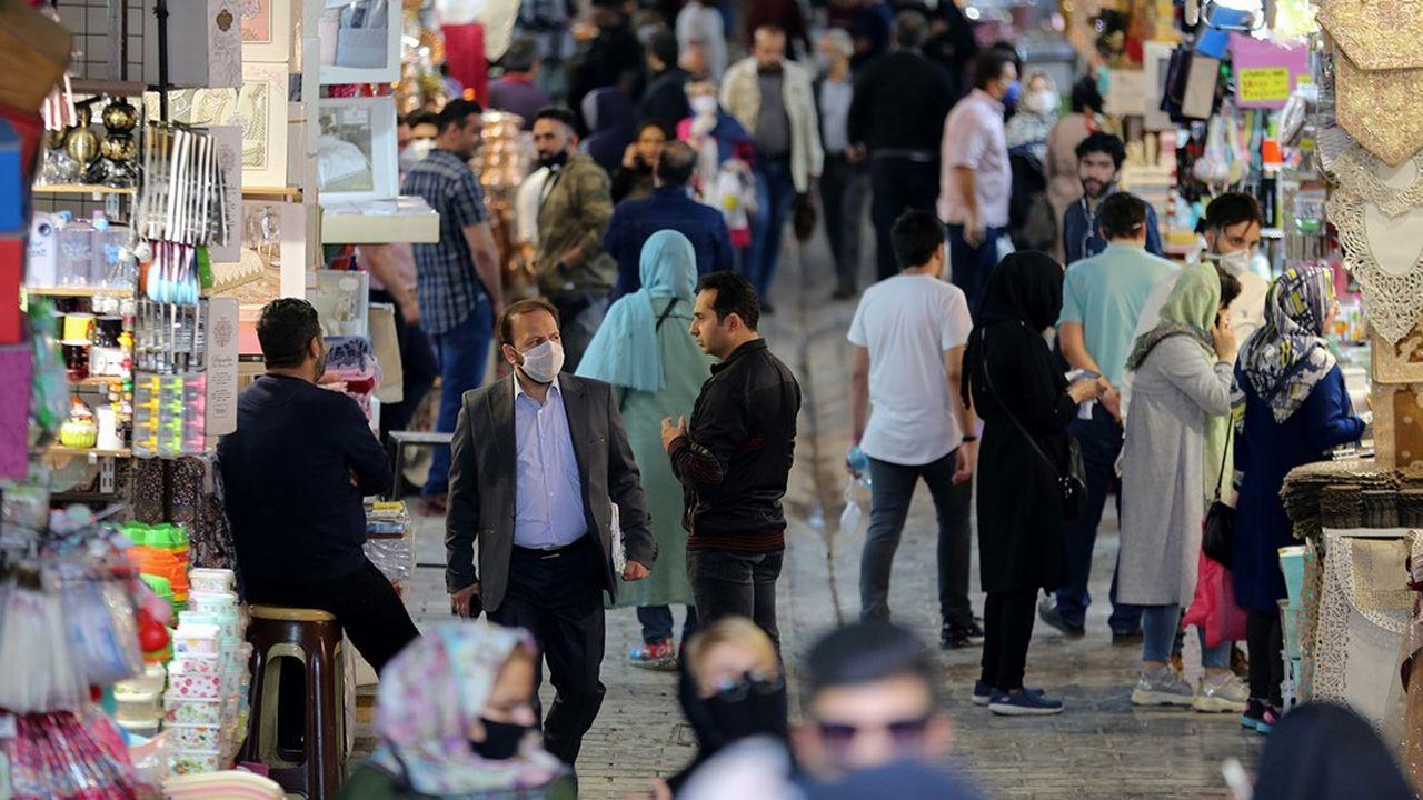 Les bazars iraniens ont retrouvé de l'animation après plus d'un mois d'allées désertes et d'échoppes fermées, à près de trois jours du début du mois sacré du Ramadan, propice aux rassemblements malgré les instructions des autorités à cause du Covid-19.