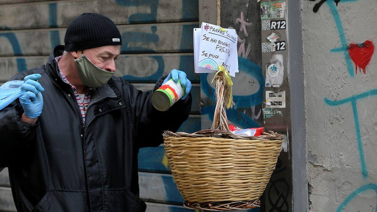 A Naples, pour aider les plus démunis, sont apparus des paniers remplis accompagnés de ce message : « Celui qui peut, met. Celui qui ne peut pas, prend. »