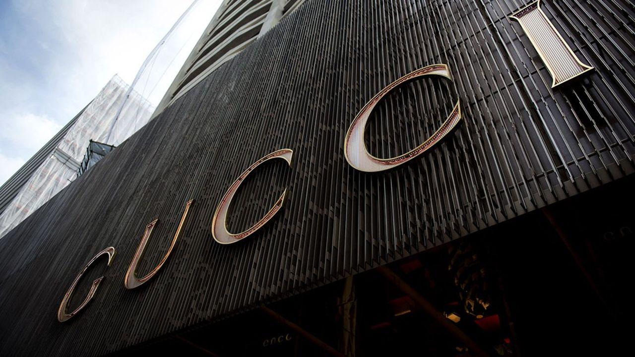 La marque star de Kering, Gucci, a été le plus affectée par la fermeture des boutiques, avec une baisse de 23% sur la période. La griffe italienne est très exposée auprès de la clientèle touristique chinoise dans le monde.