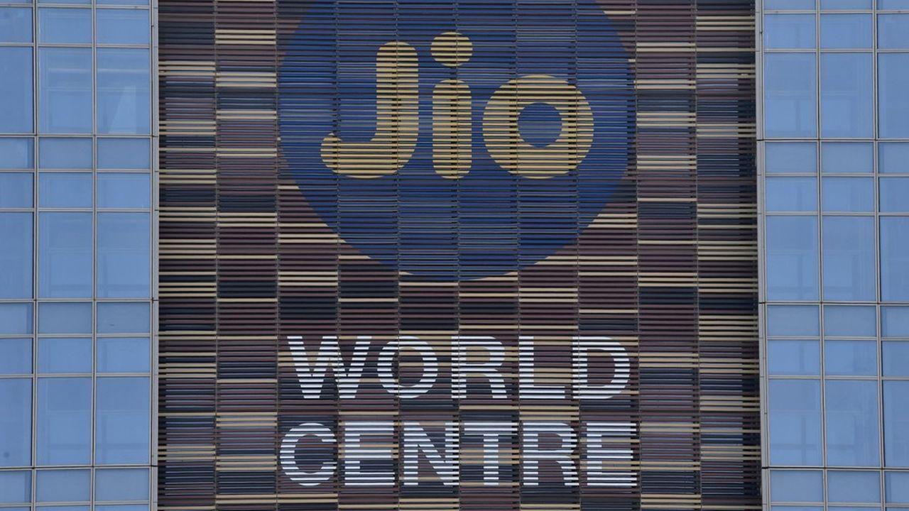 Reliance Jio est le premier opérateur télécoms en Inde. Il fait partie du conglomérat Reliance Industries, propriétéde Mukesh Ambani, l'homme le plus riche du pays.