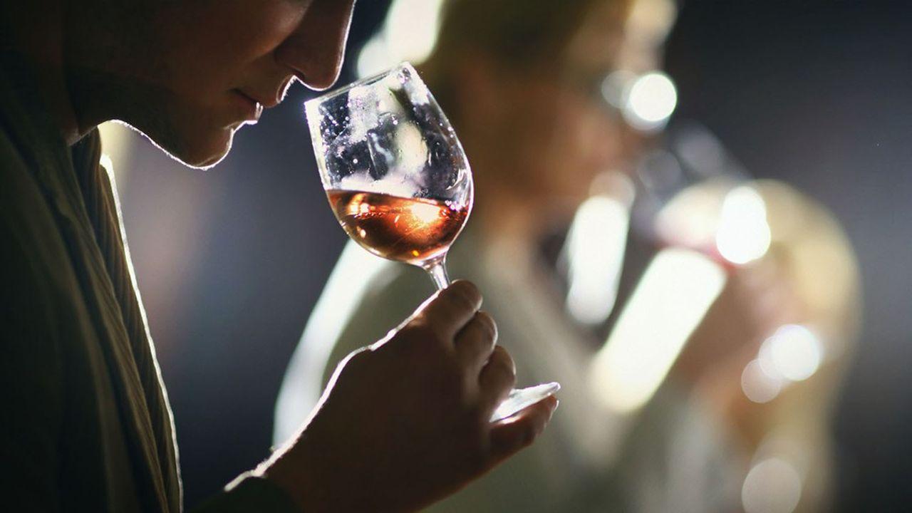 800 flacons, qui vont de la bouteille à l'extraordinaire salmanazar de 9 litres, l'équivalent de 12 bouteilles, ont été offerts par une centaine de domaines producteurs. L'abus d'alcool est dangereux pour la santé, consommez avec modération