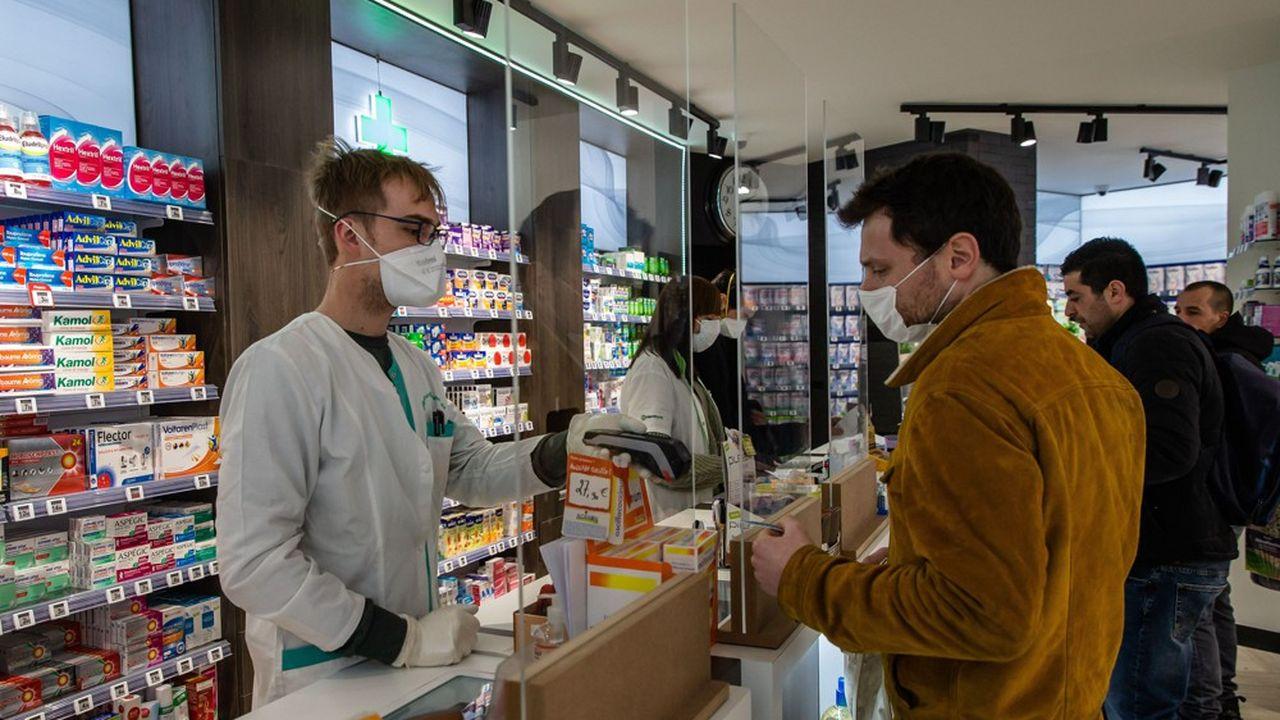 Au cours des deux dernières semaines de mars, premières semaines du confinement, les Français se sont précipités sur les médicaments. avec un surcroît d'achat de +20 à +40% selon les classes thérapeutiques.