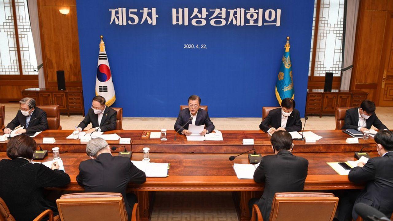 Moon Jae-in, le président sud-coréen, lors d'une réunion économique de crise mercredi.