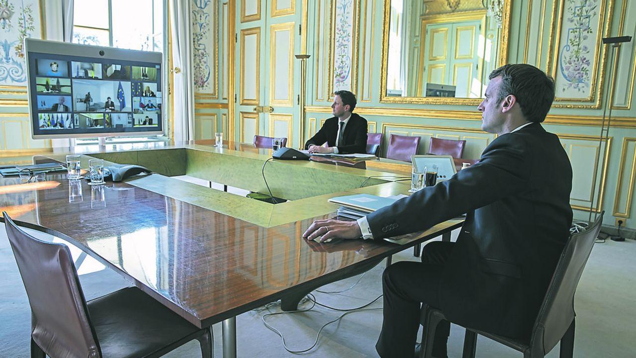 Emmanuel Macron lors de la dernière vidéoconférence des dirigeants européens, en compagnie de son conseiller Europe, Clément Beaune.