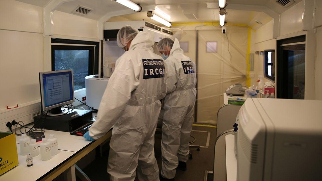 Les gendarmes spécialisés de l'Institut de recherche criminelle de la gendarmerie nationale (IRCGN) peuvent réaliser jusqu'à 1.000 tests moléculaires Covid par jour.