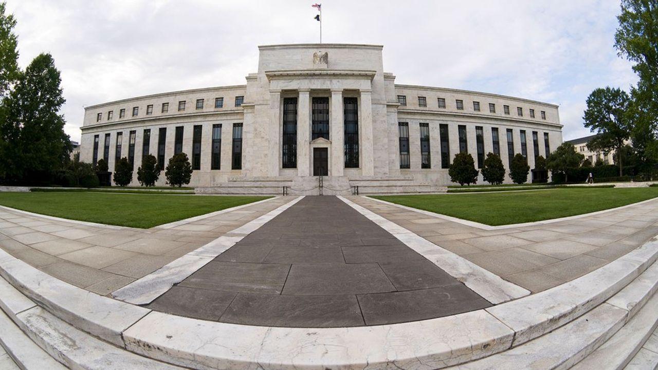 La Fed achète aux banques une partie des prêts qu'elles accordent aux entreprises qui étaient en bonne santé avant la crise et qui ont gardé leurs salariés.