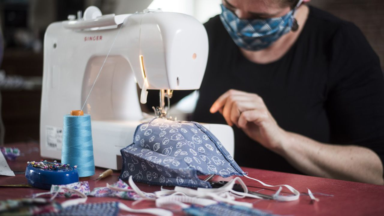 A l'instar de cette couturière de Nantes qui fabrique des masques en tissu pour ses voisins, l'opération Masques solidaires s'appuie sur un réseau de couturiers et couturières amateurs et professionnels afin d'équiper les Français.