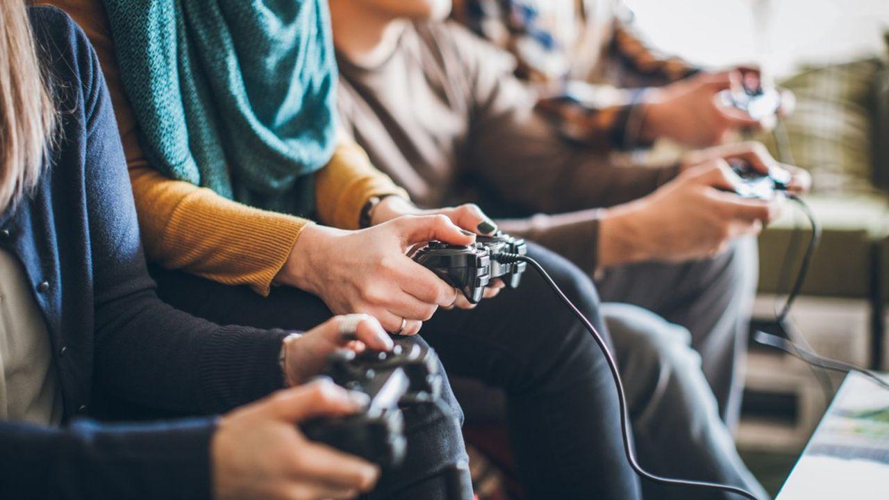 De nombreuses personnes jouent aux jeux vidéo durant cette période de confinement.