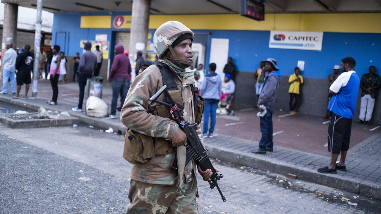 Un soldat patrouille les rues de Hillbrow, à Johannesbourg pour faire respecter les règles de confinement.