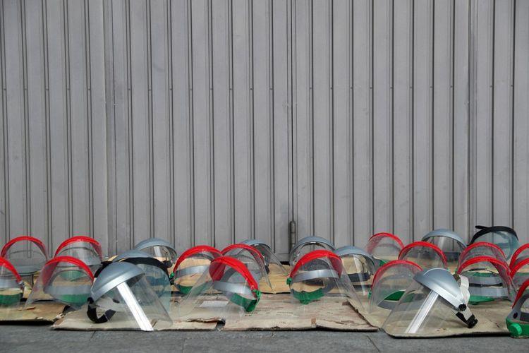 Visières de protection mises à sécher au soleil, à l'extérieur de l'Ifema.