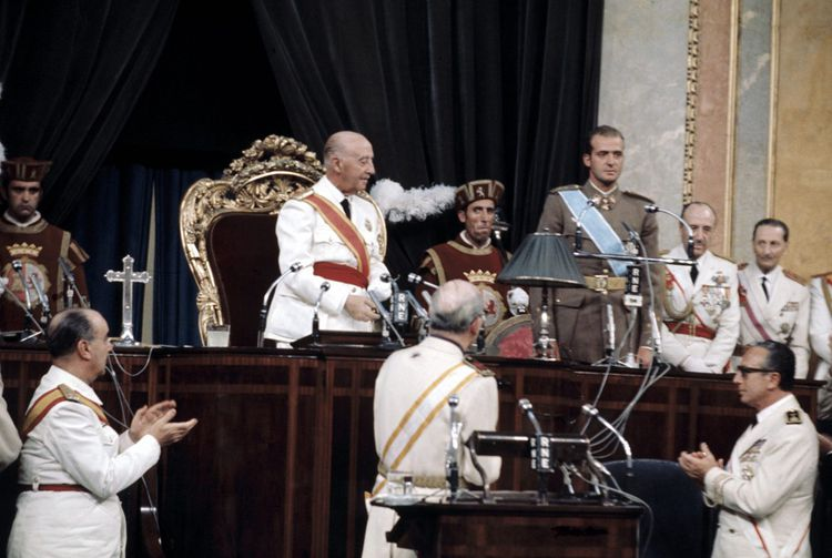 En 1969, devant les députés, le général Franco désigne Juan Carlos comme son successeur et futur roi d'Espagne.