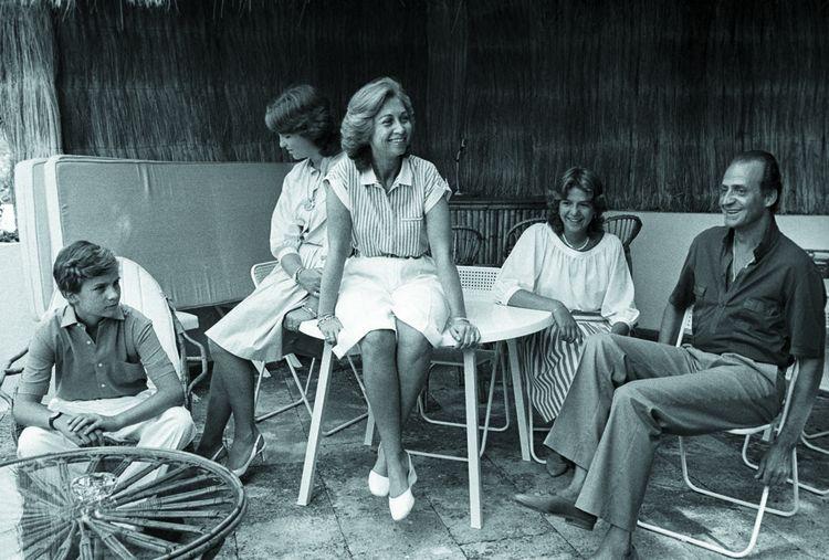 La famille royale en vacances à Palma de Majorque dans les années 1980. Autour de la reine Sofia (de gauche à droite) : Felipe, les infantes Elena et Cristina, Juan Carlos.