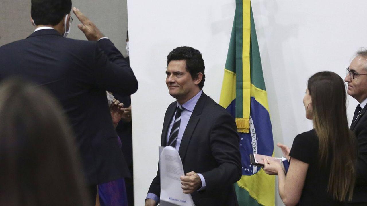 L'ancien ministre de la Justice brésilien Sergio Moro est salué par ses équipes après avoir annoncé sa démission.