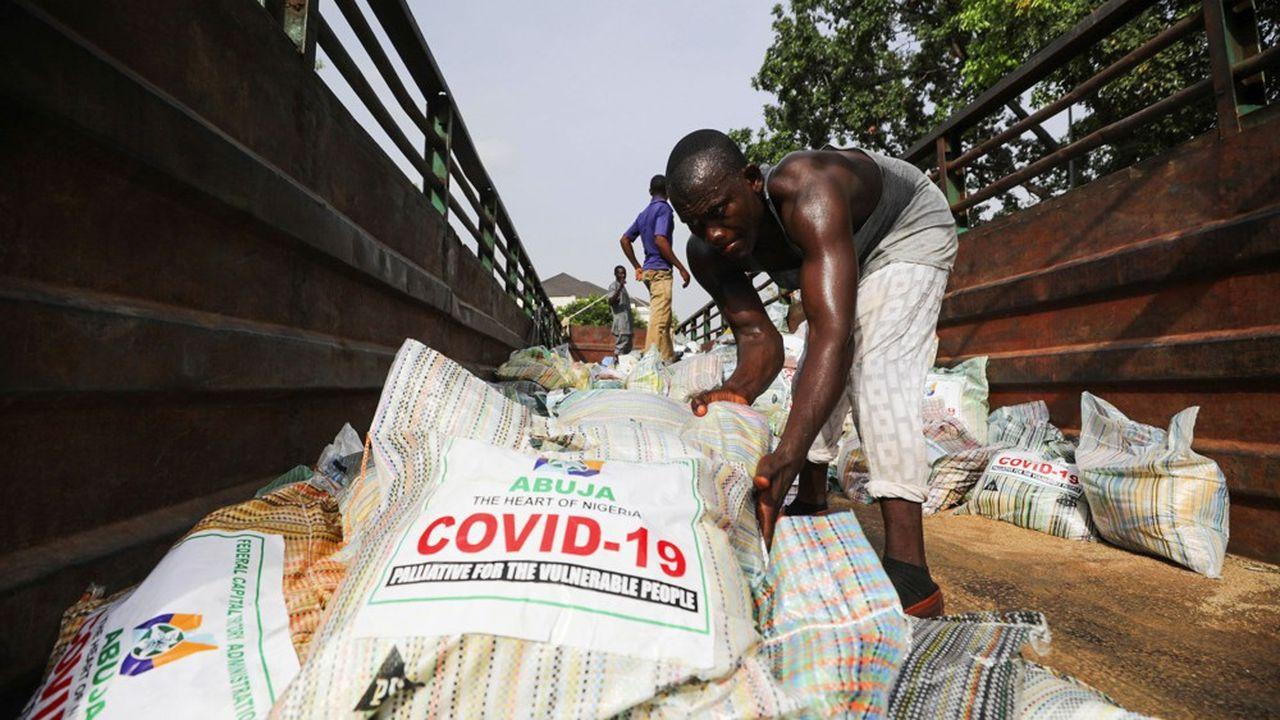 Distribution de sacs de riz à Abuja, au Nigeria, en avril 2020.