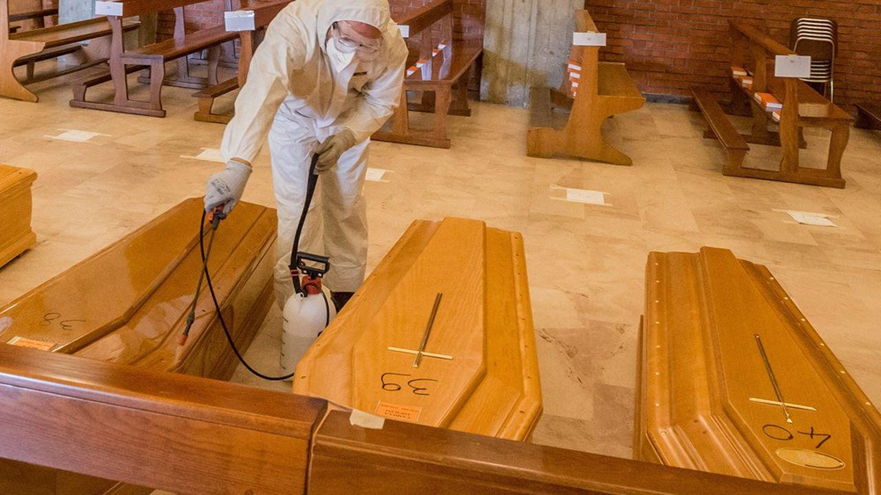 Des cercueils sont désinfectés dans une église à Seriate, dans la province de Bergame en Italie.