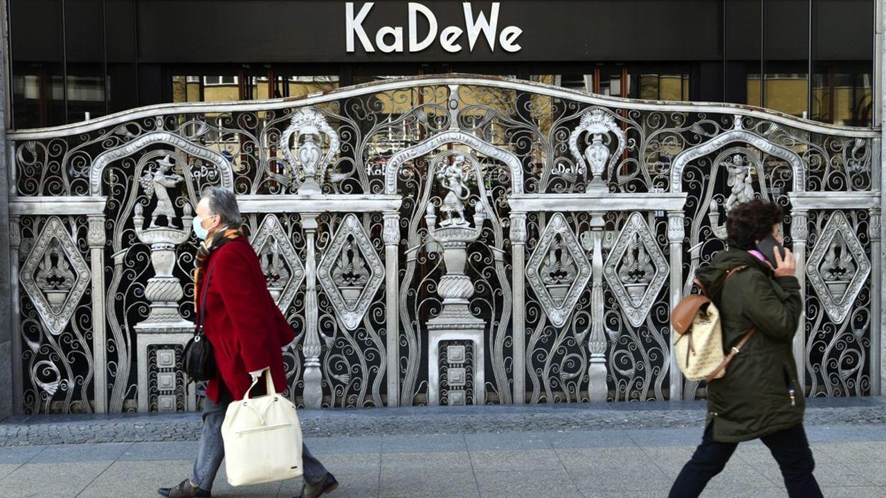 Samedi les clients du grand magasin KaDeWe de Berlin n'étaient autorisés à accéder qu'au département beauté au rez-de-chaussée ou gourmet au sixième, dans une ambiance d'opération limitée pour VIP. REUTERS/Annegret Hilse