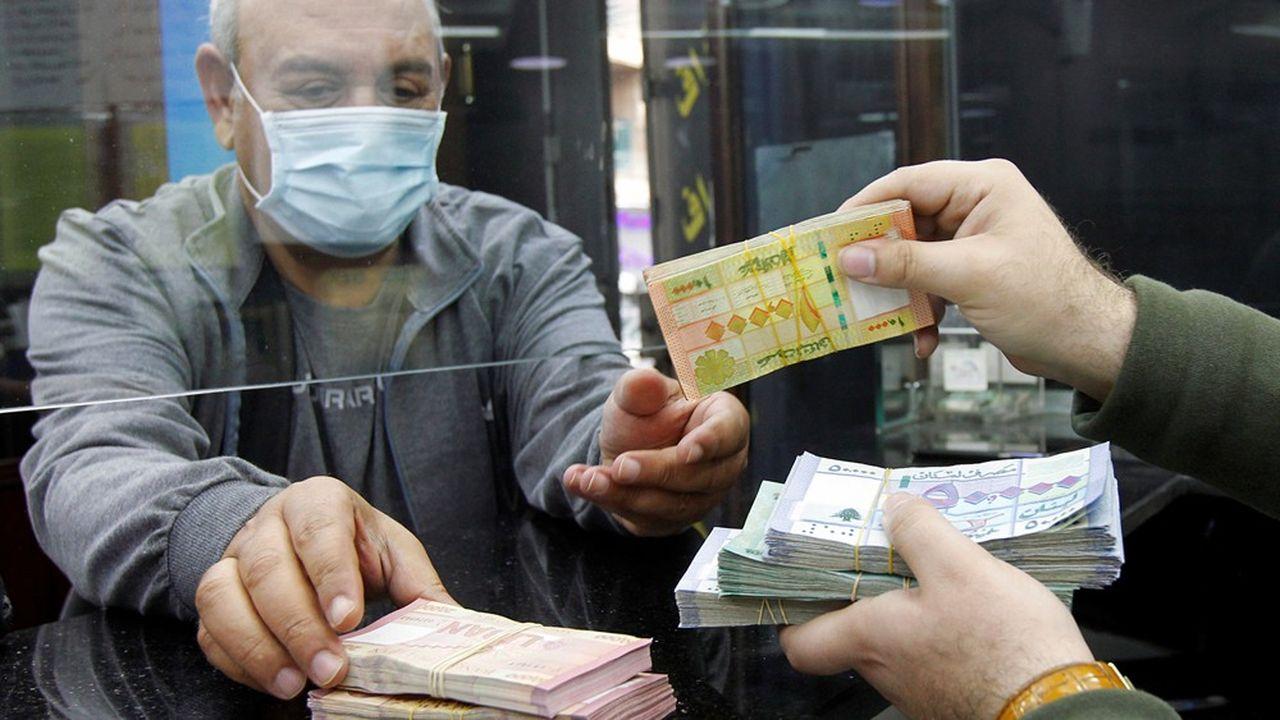 Dans un bureau de change du quartier de Furn el Chebbak, dans la banlieue de Beyrouth, le dollar s'échangeait à 3.900 livres libanaises samedi, soit une hausse de près de 160 % par rapport au taux de change officiel.