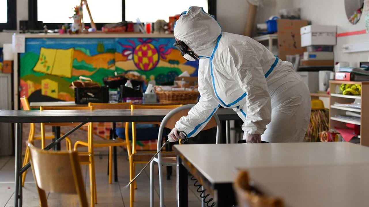 Le conseil scientifique recommande un nettoyage des salles de classe et des parties communes, «plusieurs fois par jour» avec des «produits adéquats».