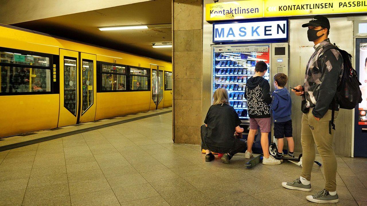 Dans le métro berlinois, une mère de famille achète des masques en libre distribution 5,50euros l'unité.