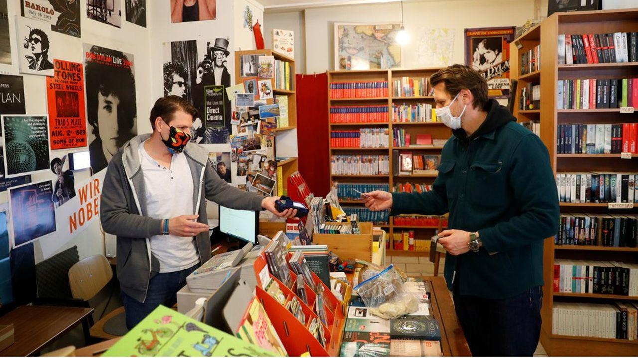 L'Autriche a été le premier pays à rouvrir certains de ses commerces dès la mi-avril, comme cette librairie'Buchhandlung Lerchenfeld' à Vienne