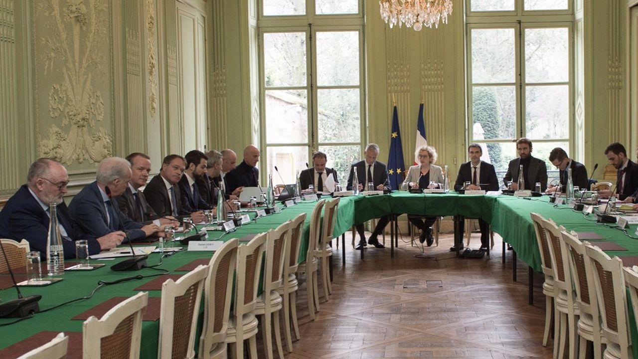 La ministre du Travail, Muriel Pénicaud (ci-dessus avec les partenaires socieux le 28février dernier), veut adapter les règles de l'assurance-chômage rapidement.