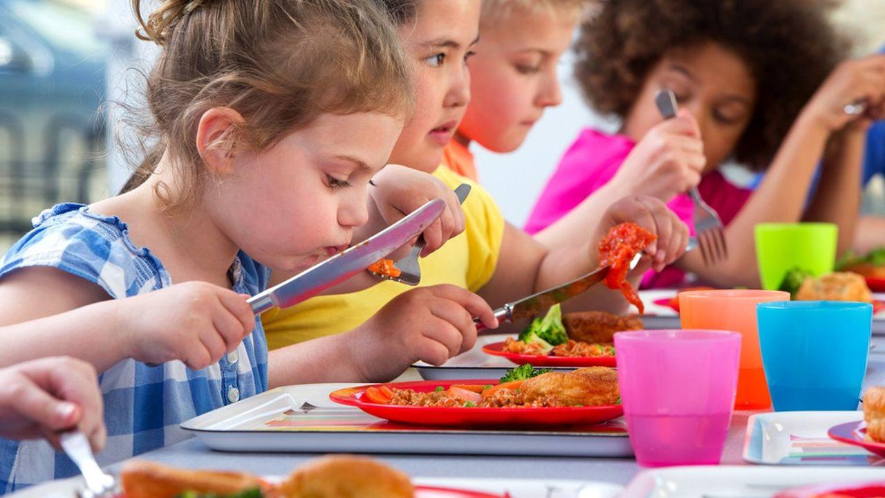 Les familles concernées sont celles dont le quotient familial leur permettait de bénéficier d'une tarification sociale de la restauration collective de 0,54 euro par repas.