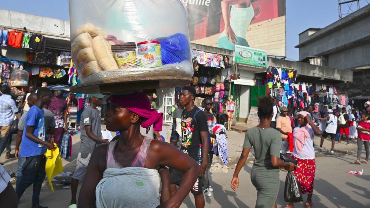 Les employés du secteur informel, comme les vendeurs de rue, sont parmi les plus touchés par la crise du coronavirus.