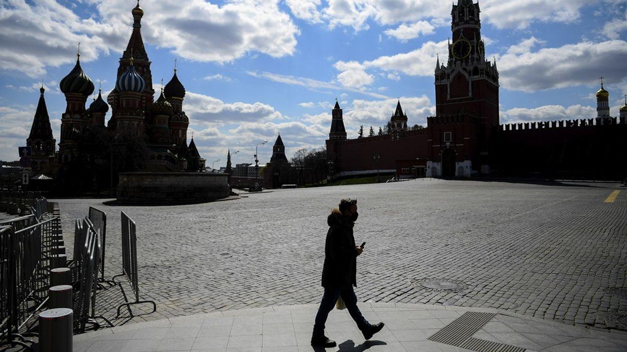 Un homme seul sur la Place Rouge dans un Moscou en plein confinement.