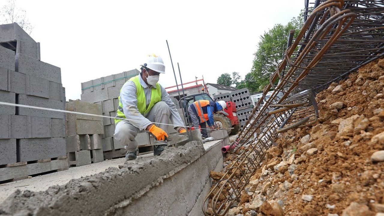 Au 25avril, 17,5% des chantiers avaient rouvert en moyenne en France, soit 38% de plus en une semaine mais cela va de 31% de chantiers actifs dans le Grand Est à 13% seulement en Ile-de-France.