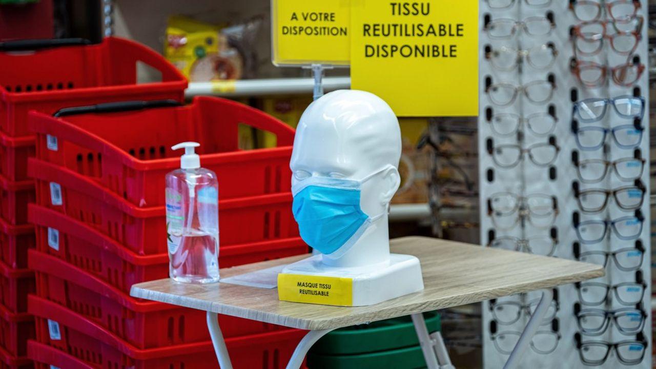 La vente de masques en tissu ou jetables ont commencé dans les pharmacies. Les buralistes et les grandes surfaces se lancent ce lundi.