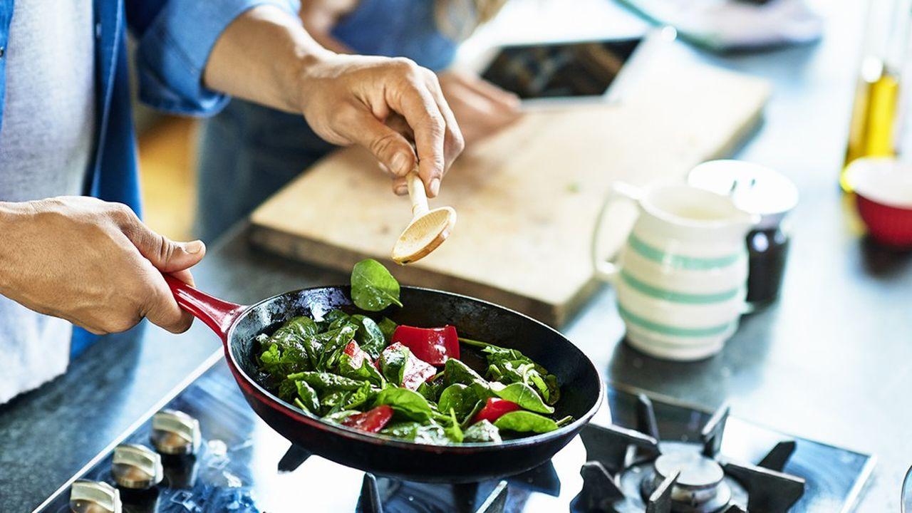 Selon un sondage réalisé mi-avril par la société d'études Hunter auprès d'un millier d'Américains, 54% des sondés assurent cuisiner davantage qu'avant la crise du coronavirus.
