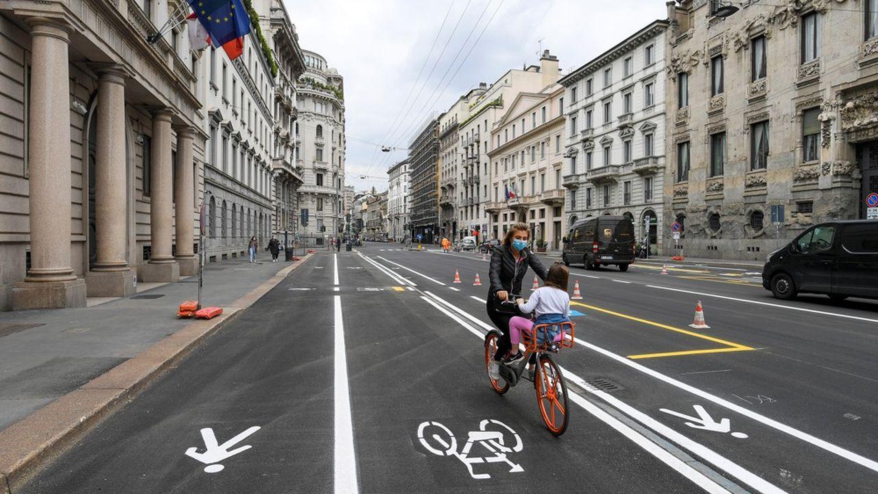 A Milan, des pistes cyclables ont été gagnées sur des voies de circulation automobile en prévision de la levée progressive du confinement et pour éviter un surcroît de pollution.
