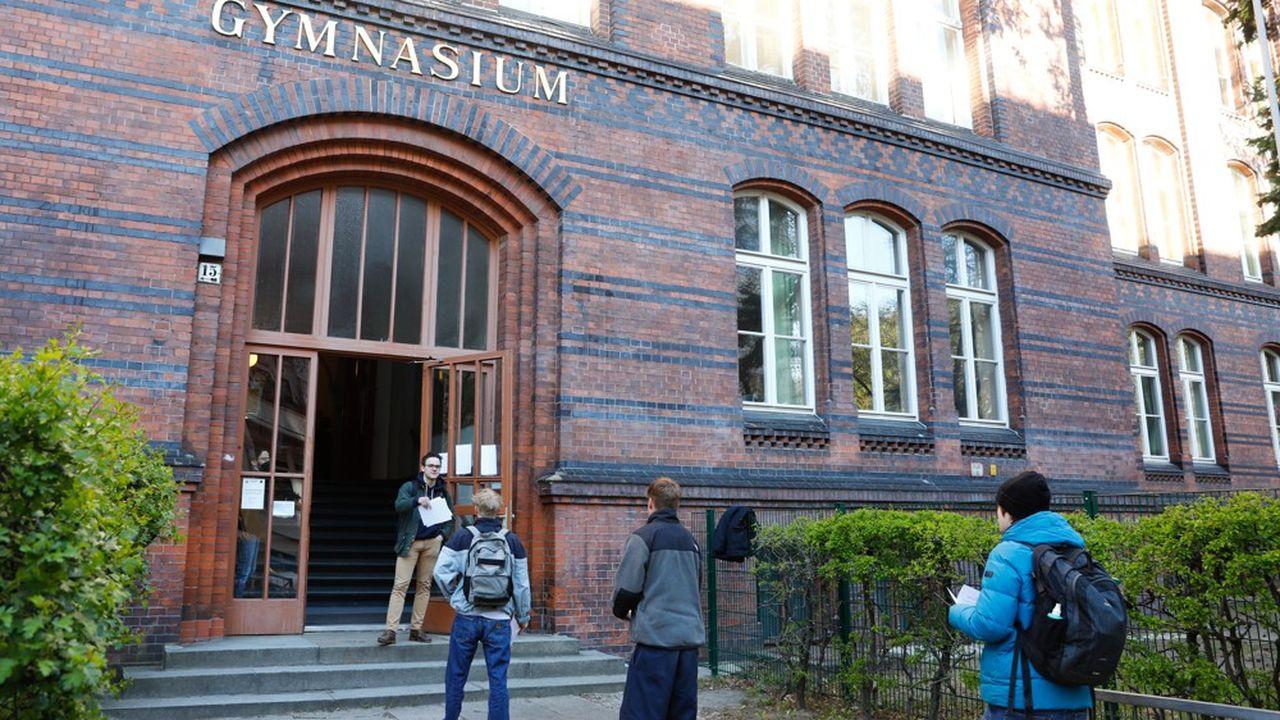 Des élèves se présentent au Gymnasium Steglitz à Berlin pour passer une épreuve du Bac qui a commencé le 20 avril.