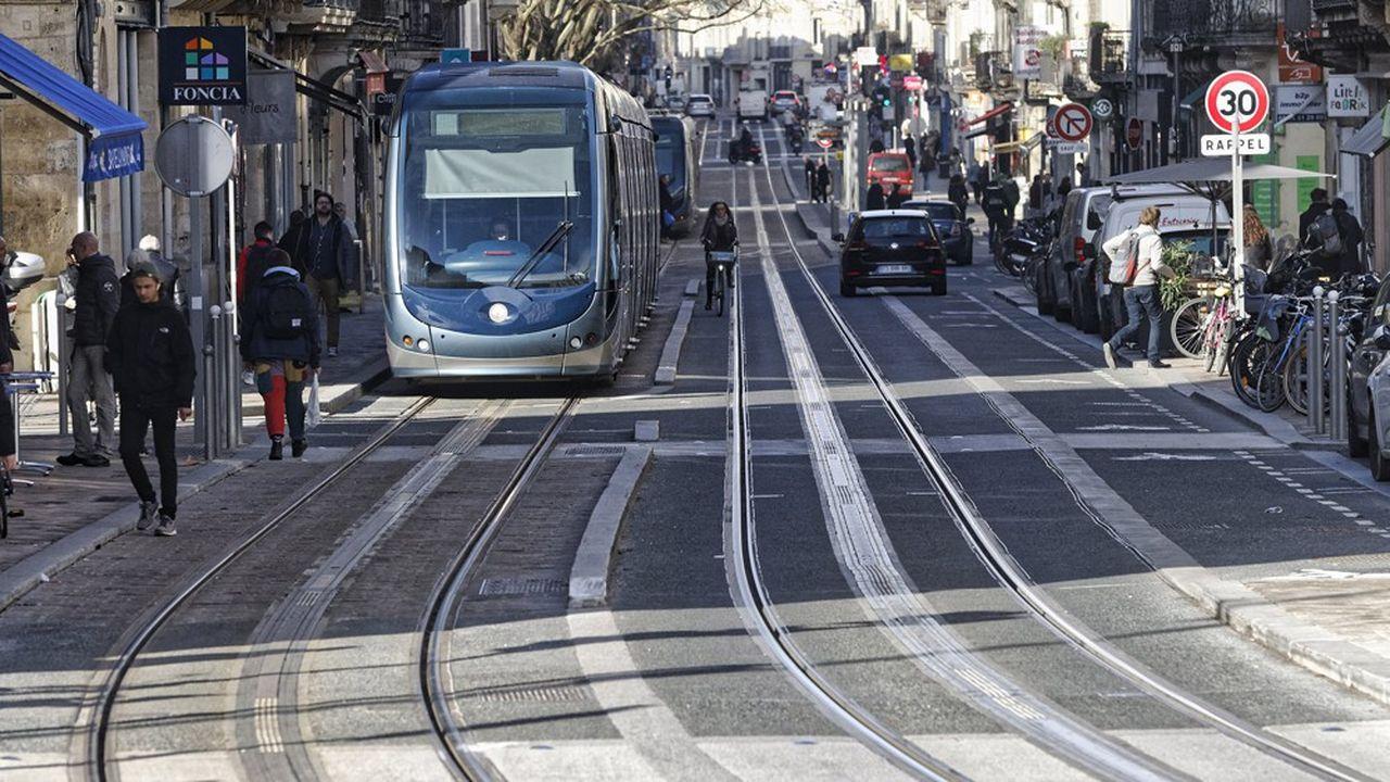 Un tramway en circulation dans les rues de Bordeaux. Les transporteurs publics appréhendent la hausse de trafic à compter du 11mai.