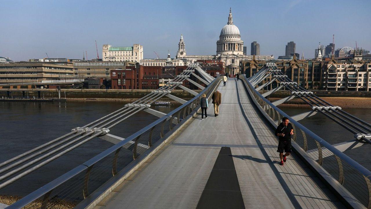 A un jet de pierre de la City, des piétons franchissent le Millennium Bridge, sur la Tamise, le 9 avril dernier.