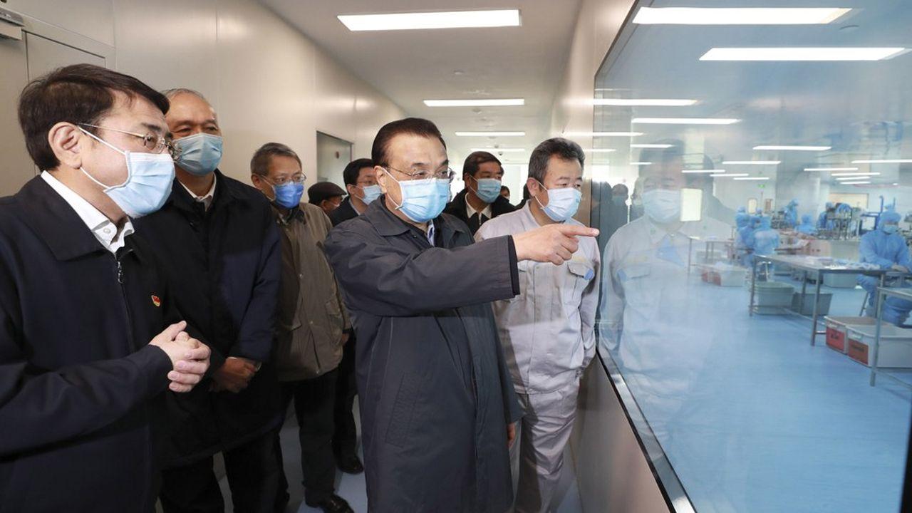 Le Premier ministre chinois, Li Keqiang, est venu voir les nouvelles installations des lignes de production de masques de l'usine de Naton Medical Group le 21février 2020.