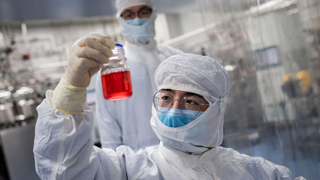 Un chercheur d'un centre de biotechnologies à Pékin observe des cellules de singe dans le cadre d'un essai vaccinal contre le Covid-19.