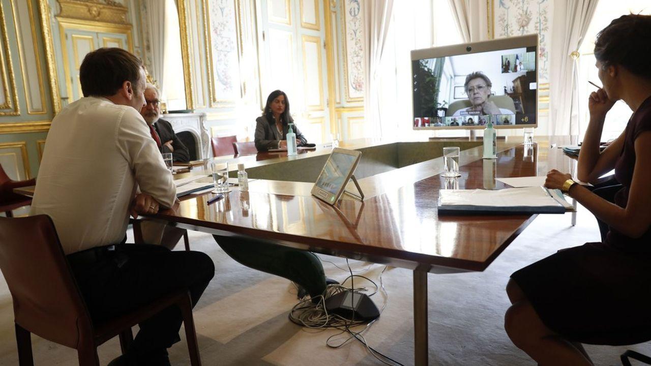 Emmanuel Macron en visio-conférence avec la chercheuse en virologie Francoise Barre-Sinoussi, membre du comité CARE, mis en place par le gouvernement.