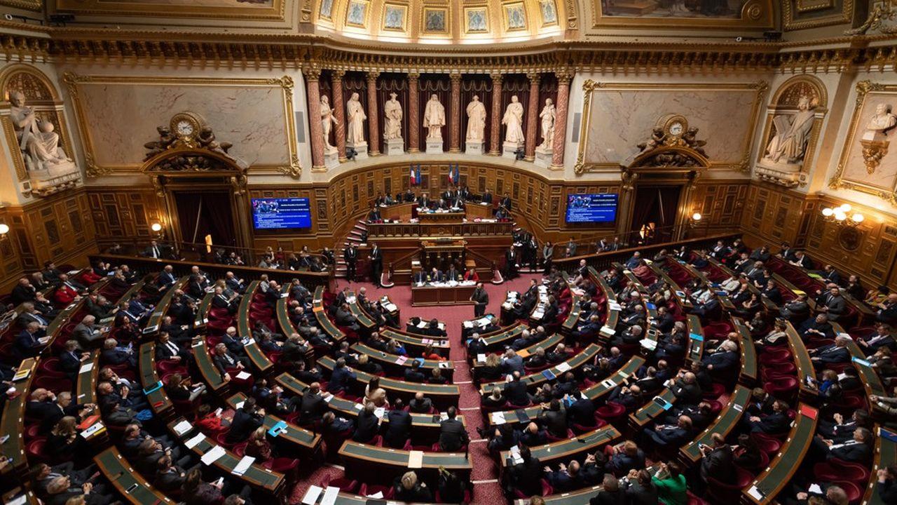 Le Sénat, dominé par une majorité de droite, a adopté le texte modifié par 240 voix.