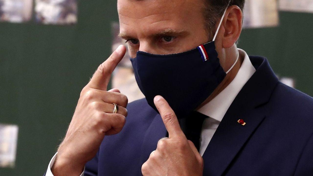 Faisant face à une défiance majoritaire chez les Français, Emmanuel Macron entre dans le délicat exercice du déconfinement.