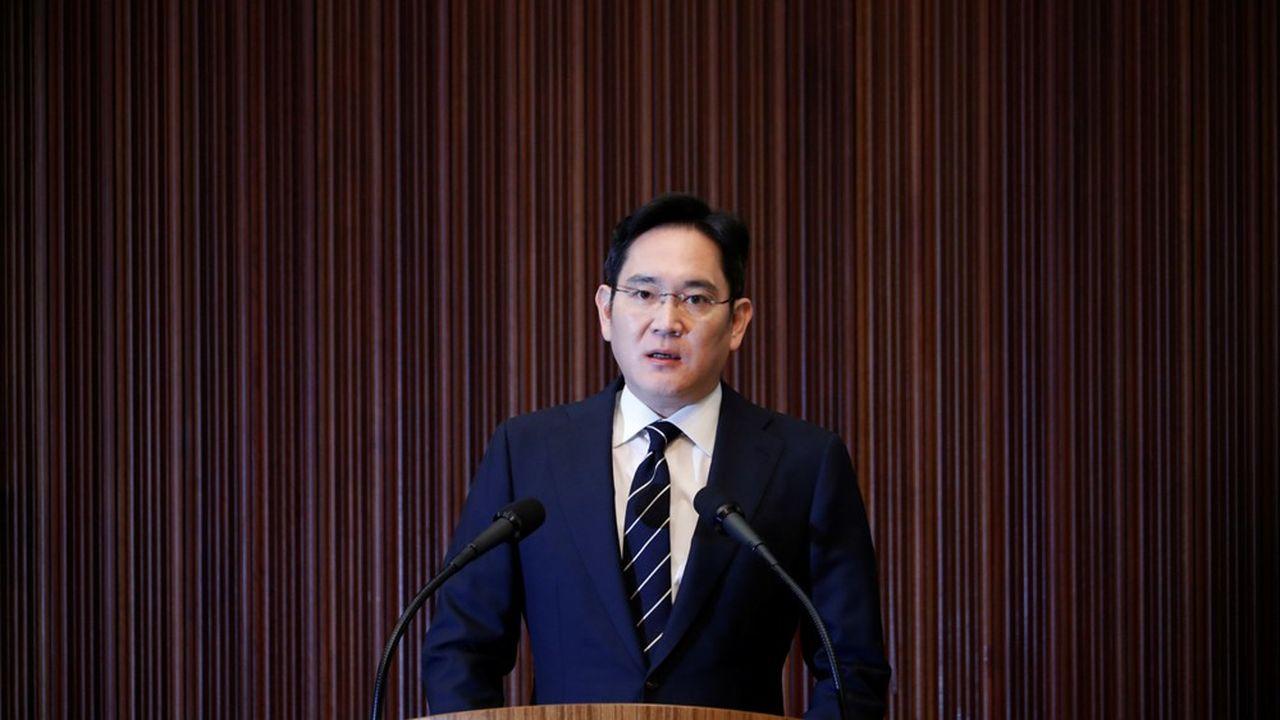 «Samsung n'a pas respecté strictement la loi et l'éthique et a laissé à désirer en ce qui concerne la communication avec la société», a déclaré le dirigeant lors d'une très courte allocution mercredi devant la presse.