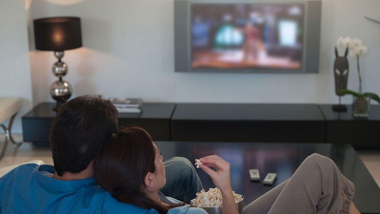 La pandémie de Covid-19 devrait freiner les pertes de clients des opérateurs de la télévision traditionnelle.