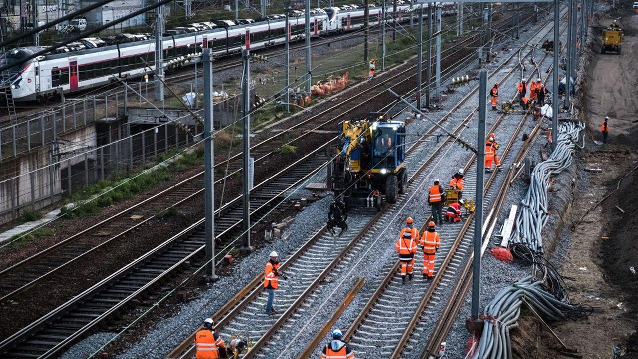 Un arrêt de trois mois d'un chantier majeur peut souvent se traduire par six mois, voire plus d'immobilisation totale, en raison du nombre de parties prenantes et des contraintes de l'exploitation ferroviaire.