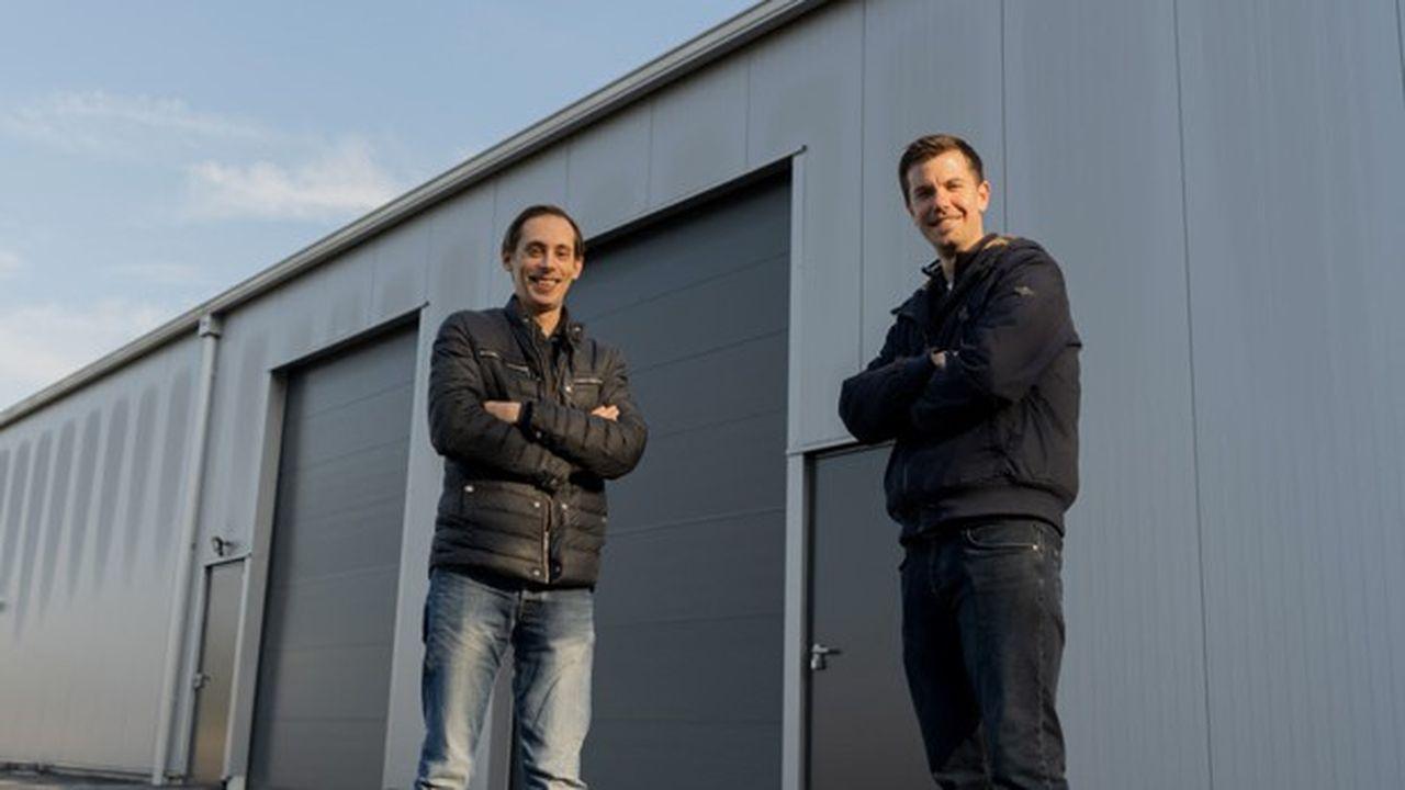 Pierre Huguier, responsable scientifique (à gauche) et Michael Roes, président (à droite), les deux cofondateurs de Toopi Organics devant le nouveau local de la société à Loupiac-de-la Réole, en Gironde, où elle s'installera en juin.