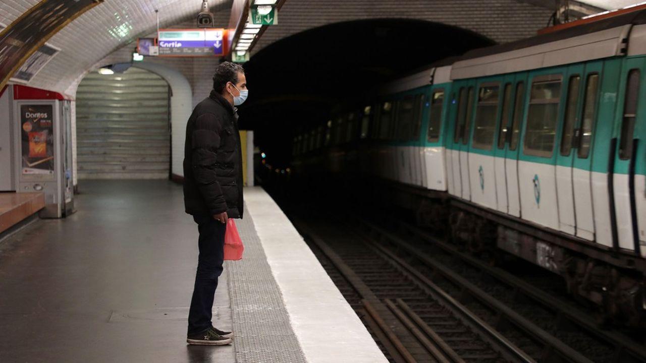Le gouvernement et la région Ile-de-France veulent à tout prix éviter les regroupements de voyageurs sur les quais et dans les rames, tant de métros que de trains de banlieue à partir de la semaine prochaine.